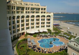 Furnished 2bedroom seafront apartment in a 5 star complex!